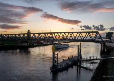 Sonnenuntergang über der Weser in der Überseestadt in Bremen