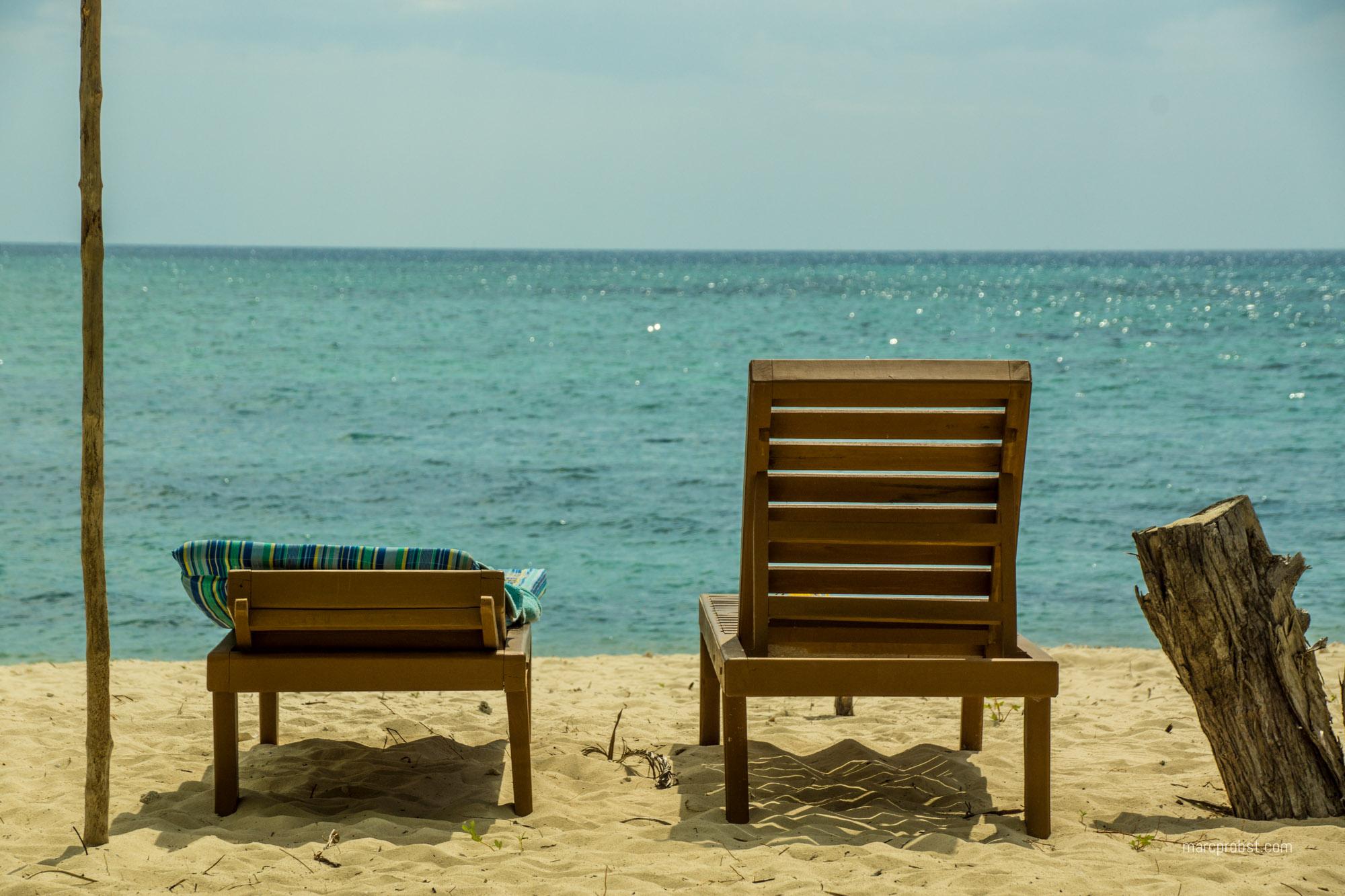 2 Liegen am Strand auf Palawan auf den Philippinen